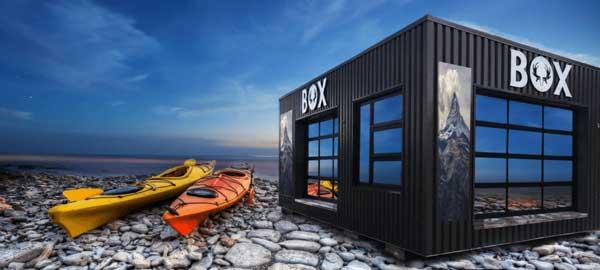 Coolbox à côté de canots