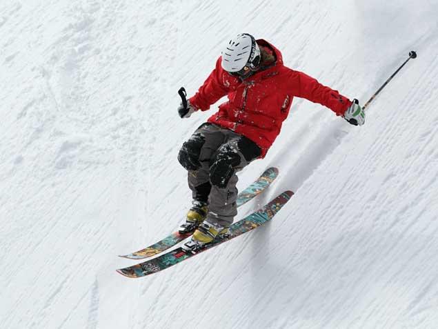Jeune homme faisant du ski